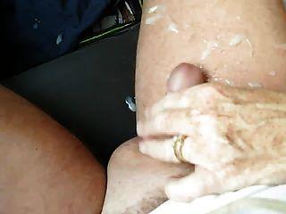 esposa dá handjob no carro