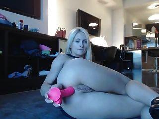 loiro de pernas longas se masturba na sala de estar