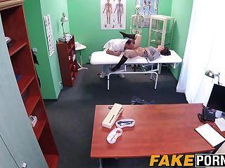 morena de cabelos curtos sasha zima seduz o médico