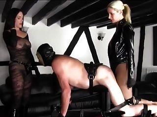 duas amigas quentes strap fuck um escravo desamparado