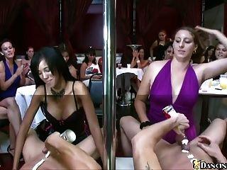 mulheres sexy esperando chupar stripper masculino