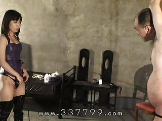 Domina japonesa trava um escravo e atinge um chicote.