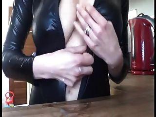 mulher amamentando provocando