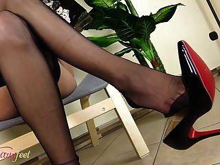 tgirl quente se masturba mostrando seus pés em nylons pretos
