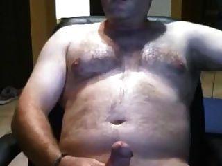 urso de pai sexy acariciando seu galo de gordura