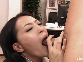 secretária sexy joga com seu pau com a boca e os pés