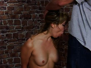 menina bonita punida por seu namorado.