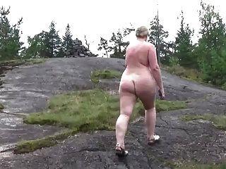 passeio nu na floresta