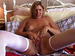 Adorável e velho spunker em meias sexy tem uma boa mão