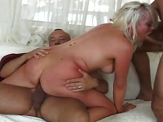 blonde sexy obtém os dois buracos fodidos com força