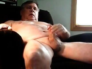 um homem mais velho se masturbando na poltrona
