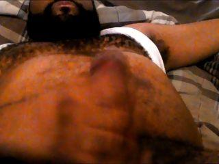 Eu mostrando o peito e a barriga peludos enquanto se empurra