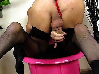 Shemale loira bombeia seu galo em meias pretas