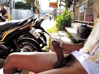 mostrou pau duro na rua