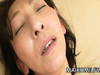 mako shinozuka: Nippon milf inserindo um galo duro dentro dela
