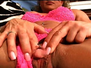 Grande clitóris masturbado como um pênis