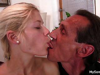 velho homem seduz menina adolescente loira na equitação