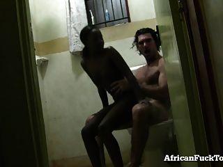 A menina amadora africana fica fodida no banheiro!