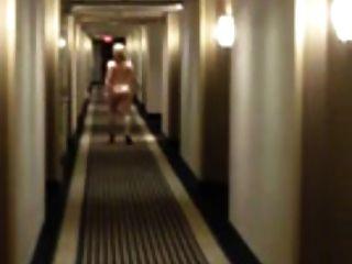 A esposa loira se atreve a andar nua no hotel
