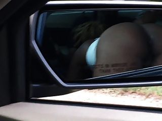 Ebony blowjob público no carro à luz do dia