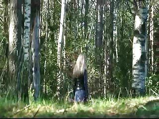 meninas que fazem xixi ao ar livre