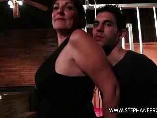une cougar femme de menage baise por un rebeu em um clube
