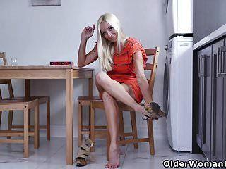 dona de casa canadense dani dare esfrega um fora na cozinha