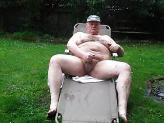 homem gordo na chuva e lama