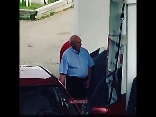 pênis de cara velho na bomba de gasolina