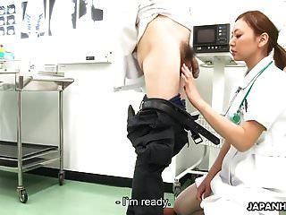 enfermeira chupa o médico e fica spunked todo o seu fac