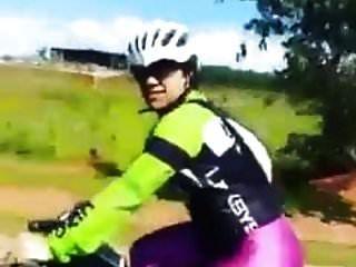 mulheres sexy de lycra brilhante em bicicleta