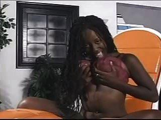 garota negra fica nua e brinca com sua buceta
