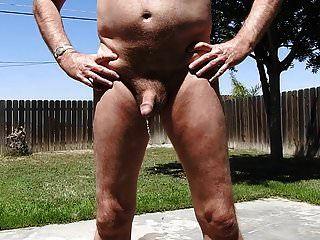 fazendo xixi nu ao ar livre.