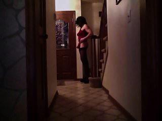 cd ashlee esperando por entrega de pizza em seus saltos altos!
