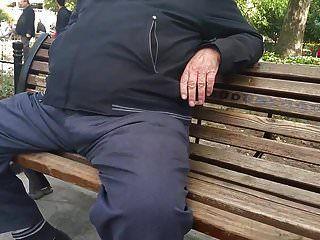 vovô turco em linha reta em público