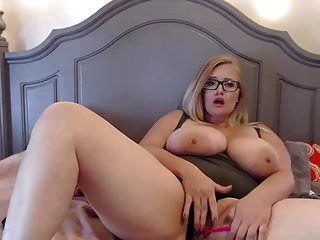 linda garota de óculos gordinha com peitos enormes