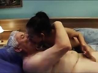 velho chama uma garota sexy jovem acompanhante com nice boobs \u0026 cre