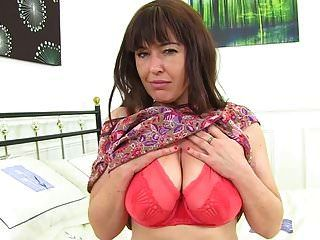 mãe britânica peluda brincando com sua buceta
