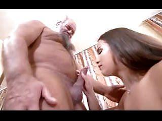 jovem garota peituda com velho homem de sorte
