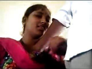 amador desi milf em rosa sari posando na camera.mp4