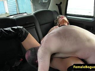 bigtitted cabbie empurrando cliente de backseat