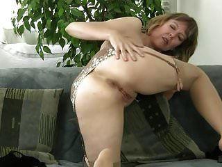 puta madura descascando e se masturbar