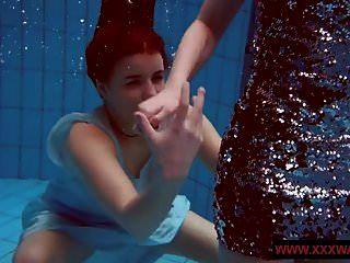 grandes titted cabeludo e tattoed adolescentes em o piscina