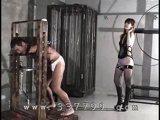 o domina japonês atinge um escravo detido com um chicote