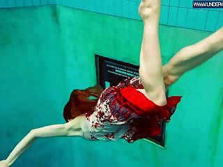 ruiva quente polonês nadando na piscina