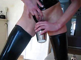 amante de látex faz cuspir e mijo cocktail para o escravo