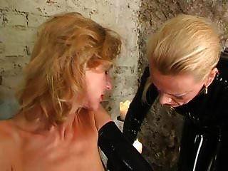 escrava de látex torturado por amante de borracha