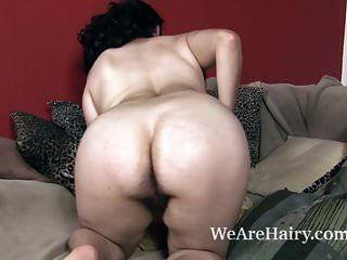 Wara tira a roupa para mostrar seu corpo peludo hoje