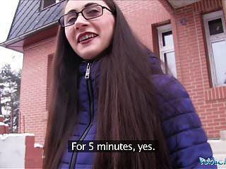 agente público jovem russa em copos fodendo um grande galo