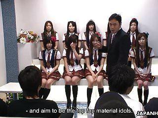 alunas japonesas fazem algumas coisas ruins durante o ídolo c